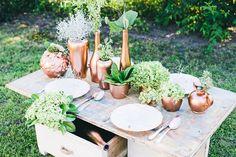 Traumhafte Tischdekoration aus Grün und Kupfer von Vergiss Mein Nicht Fotografie | Hochzeitsblog - The Little Wedding Corner
