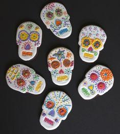 """Pour fêter Cinco de Mayo, je me suis inspirée de la tradition mexicaine du """"Dia de los muertos"""" pour décorer ses délicieux biscuits au chocolat en tête de mort de glaçage royal très coloré. La recette des sablés chocolat est parfaite car la pâte ne se déforme pas à la cuisson. En prime une vidéo pour vous montrer comment réaliser facilement un cornet en papier cuisson."""