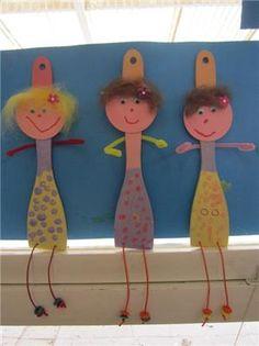 """Popje van """"mama"""" uit houten lepel.  1. de lepel beschilderen in 3 kleuren  2. Gezicht schilderen, mond  neus  en wol voor het haar. Kleef gezicht tussen eerste twee kleuren op lepel. 3. Als de lepel droog is, de 'rok' (het onderste gedeelte) van hun popje bestempelen. 4. de benen:parels rijgen op een touw en door de twee geboorde gaatjes stoppen. Vstknopen achteraan. 5.armen vastlijmen met een lijmpistool. 6. afwerken met bloemetje in het haar.  7. ev. een kleine bloempot tussen de armen…"""