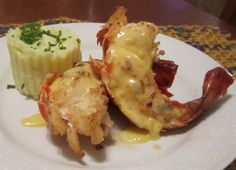 Cauda de lagosta grelhada com molho de limão siciliano e purê de wasabi