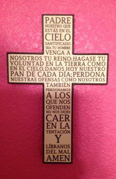 Cruz con el Padre Nuestro escrito.