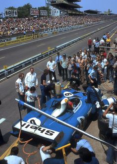 This is a public pit stop. Pit Stop at Le Mans for the Jabouille - Migault ´s Matra 670 24 Hours Le Mans, Le Mans 24, Sports Car Racing, Road Racing, Auto Racing, Gt Cars, Race Cars, Nascar, Car Competitions