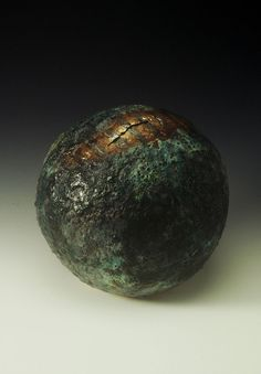 Sphere-Form-with-Entrance-Green-texture-galze-with-gold-and-platinum-lustre-33x33x33-cm-Handbuilt-1994-photo-by-MH