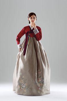 Beautiful, elegant with its own National Flavour. Posted by Sifu Derek Frearson Korean Traditional Dress, Traditional Fashion, Traditional Dresses, Oriental Dress, Oriental Fashion, Korea Dress, Culture Clothing, Korean Hanbok, Fantasy Dress