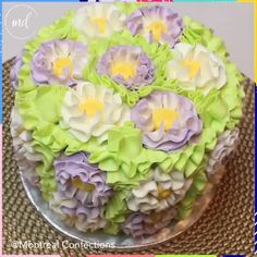 cake decorating videos Heres an idea how you can decorate your cake Credit: Marlyn of Montreal Confections Cake Decorating Videos, Cake Decorating Techniques, Cookie Decorating, Cupcake Icing, Cupcakes, Giant Cupcake Cakes, Frosting, Basket Weave Cake, Cupcake Videos