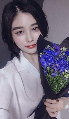 A flower to another flower Pretty Korean Girls, Cute Korean Girl, Pretty Asian, Beautiful Asian Girls, Aesthetic Fashion, Aesthetic Girl, Ash Blonde Balayage, Ulzzang Korean Girl, Uzzlang Girl