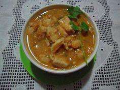 1 peito de frango em cubos  - 1 cebola picada  - 1 colher de chá de curry  - 1 vidro pequeno de leite de coco  - 3 tomates  - 2 dentes de alho amassados  - 1 colher de chá de gengibre ralado  - 1 colher de sopa de molho inglês  - Coentro picado a gosto  - Suco de 1 laranja  -
