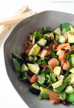 frisse salade met gerookte zalm, avocado en komkommer focus on foodies