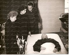 #Diego #Rivera #funeral #wife #daughters #Icon #muralists #art #artists #painter Diego Rivera, Frida And Diego, Funeral, Mexican Artists, Black And White Photography, Great Artists, Celebrity Photos, Love Story, Artwork