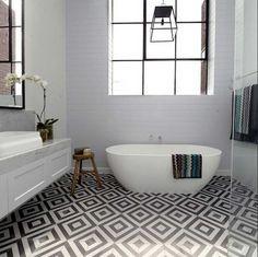Fabelhaft badezimmer fliesen muster geometrisch in weiß und schwarz farben für zeitgenössisch badezimmer mit freistehend badewanne installation