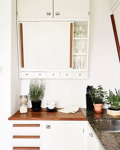 Handles for kitchen furniture: design, materials, advice of choice It seems that the . Retro Home Decor, Home Decor Kitchen, Kitchen Furniture, Home Kitchens, Kitchen Design, Kitchen Ideas, Furniture Handles, Small Farmhouse Kitchen, Kitchen Dinning