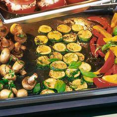 Jetzt kommt Gemüse auf den Tisch, nämlich Paprika, Zucchini und Champignons. Alles fein gewürzt und im Ofen gegart. So lecker!