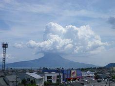 頭に大きい雲を載せた桜島。梅雨明け後の晴天時。 (2012年7月28日13時39分)