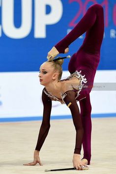 Olena Diachenko (Ukraine)🇺🇦 ~ Clubs @ World Cup Pesaro-Italy🇮🇹 2017 💞💞 📸 🇮🇹Enrico Della Valle. Rhythmic Gymnastics Clubs, Gymnastics Suits, Gymnastics World, Funny Gymnastics Quotes, Gymnastics Photography, Cheer Dance, Olympic Sports, Dance Poses, Dance Fashion