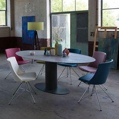 Tafel Oval van Bert Plantagie is een ontwerp van Stefan Steenkist, de vorm van het tafelblad zorgt voor extra veel ruimte en een aparte uitstraling.