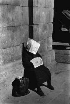 Siesta of the lottery vendor, photography by Inge Morath, at Plaza Mayor, Madrid, Spain Magnum Photos, Black White Photos, Black And White Photography, Black Picture, Old Photos, Vintage Photos, Inge Morath, Street Photography, Art Photography
