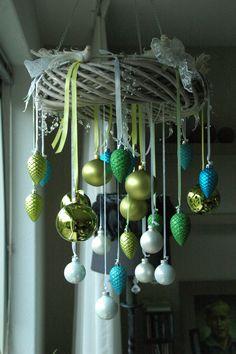 X-mas decoration  Een leuke hanger gemaakt met met div. kerstballen, vogeltjes, kant en een snoer lampje op batterijen.