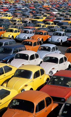 30 Years of Americana, Through Jean-Pierre Laffont's Lens As the Arab oil embargo causes a spike in gasoline prices, VW Beetles are unloaded in the port of New York Ferdinand Porsche, Vw Bugs, Carros Vw, Van Vw, Vw Camping, Automobile, Kdf Wagen, Vw Gol, 2cv6