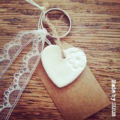 Lief klei hartje sleutelhanger met kantje en kraft label