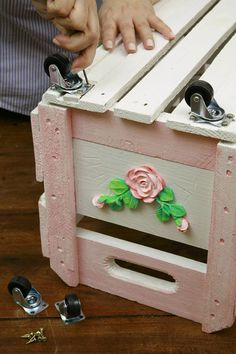 A crate with casters - possible use of my material (cast polyamide) for the casters Fun Crafts, Diy And Crafts, Arts And Crafts, Woodworking Projects, Diy Projects, Diy Tumblr, Recycling, Rustic Crafts, Shabby