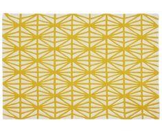 Egal ob zum Retro-Stil, Boho-Look oder skandinavisch geprägten Wohnstil: Teppich MESH von Port Maine ist ein aufregender Hingucker, der zu vielen Einrichtungsstilen passt! Ein rautenartiges Muster zieht sich wie ein Netz über den hochwertigen Wollteppich und sorgt in fröhlichem Gelb für Gute-Laune-Stimmung! Eine tolle Farb- und Musterkombination, die Ihren Wohnbereich aufleben lässt!