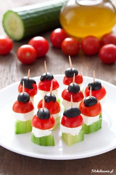 Greek Salad Skewers – Finger food, Party food Source by fotokulinarnie Savoury Finger Food, Savory Snacks, Mini Appetizers, Appetizer Recipes, Appetizer Buffet, Salad Recipes, Party Finger Foods, Party Snacks, Greek Lemon Potatoes