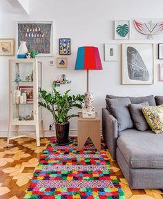 """Histórias de Casa (@historiasdecasa) on Instagram: """"como ficar indiferente à essa combinação coloridíssima no apartamento da designer @anastrumpf??? o…"""""""