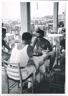 Un momento di relax al bar dei Bagni Lido a Chiavari. Downtime at Lido Beach Resort in Chiavari. (Photo: Cresta, 1938) #Chiavari #Riviera #Liguria #anniTrenta #viaggi #vacanza #holiday #the1930s #journey