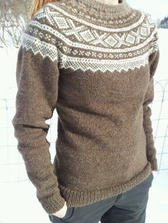 En sånn ønsker Hege seg i brunt og rosa :o) Norwegian Knitting, Fair Isle Knitting, Wrap Sweater, Knitting Projects, Ravelry, Costume, Knitwear, Knitting Patterns, Knit Crochet