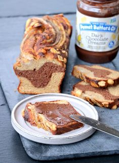 Sunt og saftig marmor bananbrød - LINDASTUHAUG Banana Bread, French Toast, Breakfast, Desserts, Food, Marble, Morning Coffee, Tailgate Desserts, Deserts