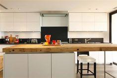 Boffi cucine. Bancone della penisola centrale in legno massello, il resto della cucina moderna ed essenziale. Idee Case Canuto