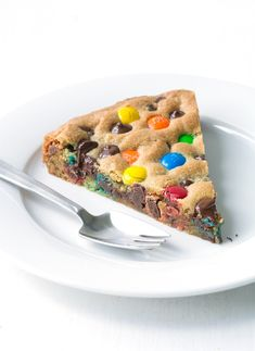 This colourful cookie pie tastes AMAZING! Packed with M&M candy and chocolate chips, it's the perfect giant cookie! Recipe from sweetestmenu.com #cookie #cake #pie #mms #chocolate