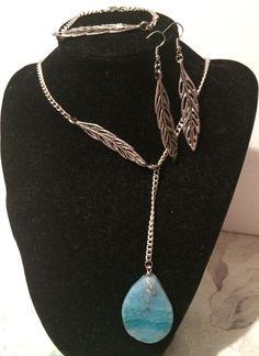collar realizado con cadena de plata con detalles de hojas y una piedra ágata