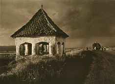 """Images from Romanian village patriarchal former - """"Inceput de furtuna (Approrching Storm)"""" by Kurt Hielscher (Polish, 1881 – Romania People, Vernacular Architecture, Camera Obscura, Old Photography, Foto Art, Fine Art Photo, Photomontage, Black And White Photography, Old Photos"""