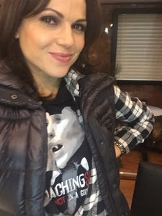 Awesome Lana (Regina) wearing her awesome shirt in her awesome trailer BC Friday Regina Mills, Robin And Regina, Big And Rich, Spanish Actress, Swan Queen, Outlaw Queen, Jennifer Morrison, Captain Swan, Event Photos