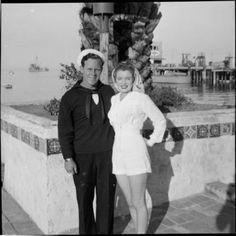 Norma Jeane Baker mit ihrem ersten Mann James Dougherty ca. 1943 in Avalon auf der Insel Santa Catalina.