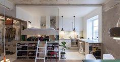 Mobili multifunzione e un'atmosfera bohémienne per l'abitazione dell'architetto svedese Karin Matz. 36 mq ben organizzati dove prima c'era un vecchio magazzino. Nel suo appartamento di Stoccolma ha disegnato una struttura leggera e funzionale in legno che da un lato ospita il letto e il guardaroba, dall'altro una piccola cucina su misura.