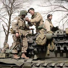 Spadochroniarz z amerykańskiej 17. Dywizji Powietrznodesantowej dostaje światło z Churchill zbiornika członków załogi z 6. Brygady Pancernej Gwardii niedaleko Dorsten w Nadrenii Północnej-Westfalii, Niemcy, 29 marca 1945 r.