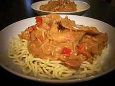 slowcooker ..satay chicken Ingredients 1kg chicken thigh fillets  2 cloves garlic crushed  3 tablespoons of peanut butter  2 tbsp of soy sauce  1 tablespoon of Worcestershire sauce  1 tablespoon of tomato sauce  1 tablespoon of sweet chilli sauce  ¾ cup coconut milk  3 tablespoons of cornflour