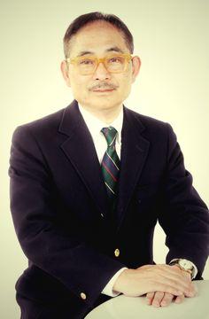 ゲスト◇小倉良介(Ryosuke Ogura)昭和28年、東京は江東区に生まれる。デザインの専門学校卒業後、幾つかのデザイン事務所で働いたが納得できる仕事ではなく2年程で退社。ひょんな事から玩具メーカー「バンダイ」のパッケージデザインを手伝う機会に恵まれ、昭和59年に株式会社「ホンキートンク」を設立。 数々の商品を手掛けたが、テーマパークのアトラクションの企画やボードゲームの制作の記憶が深く残っている。 現在は、相棒の上村修と共に「上村*りょうすけ」の名で昭和を楽しく色鮮やかに表現する『昭和彩景』を描いている。