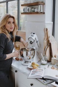 winter home outfit grey dress Cute Photography, Coffee Photography, Lifestyle Photography, Bohemian Wedding Decorations, Cooking Photos, Ideas For Instagram Photos, Girl Cooking, Stylish Maternity, Kitchen Pictures