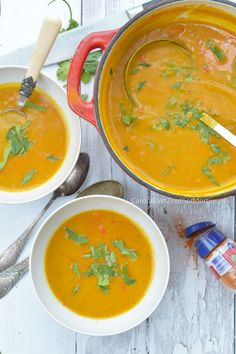 Zo maak je heel eenvoudig deze Spicy pompoensoep!  Spicy pumpkin soup Soup Recipes, Cooking Recipes, Healthy Recipes, Healthy Soups, Food N, Food And Drink, I Love Food, Good Food, Spicy Pumpkin Soup