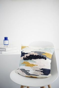 // woven pillow // handwoven // tissage // coussin by julie robert Weaving Textiles, Tapestry Weaving, Julie Robert, Diy Clutch, Art Textile, Weaving Projects, Woven Wall Hanging, Diy Embroidery, Punch Needle