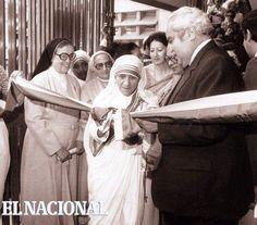 La Madre Teresa de Calcuta inaugura un centro cultural religioso en Carapita, junto a Luis Herrera (Ramón García, 1982)