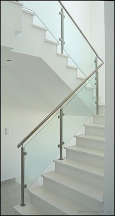 Foto Protecção para Escadas Interiores. Fotografia tirada por CBInox inserida na categoria outros Steel Railing Design, Spiral Stairs Design, Steel Stair Railing, Staircase Railing Design, Modern Stair Railing, Home Stairs Design, Balcony Railing Design, Staircase Handrail, Modern Stairs
