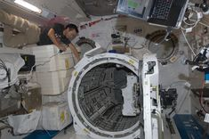 ISS-32_Akihiko_Hoshide_near_the_airlock_in_the_Kibo_lab.jpg (4288×2848)