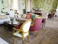 Bohókás színekben parádéznak a bútorok, ez is hozzájárul a felszabadult kényelem érzéséhez.