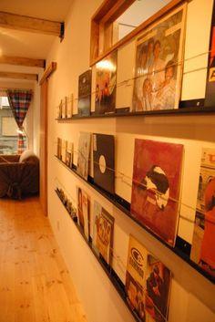 真っ白い漆喰の壁にレトロな方流れのフォルムでたつどこか懐かしいレトロな店舗併用住宅 Vinyl Storage, Liquor Cabinet, Shelving, Display, Decorating, Book, Interior, Furniture, Home Decor