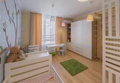 Világos természetes hangulatú 77m2-es lakás sok fa elemmel élénk színekkel a dekorációban - egy négyfős család otthona