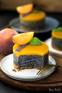 Simple poppy seed tarts with biscuit base and peach icing - Ina Eats- Einfache Mohntörtchen mit Keksboden und Pfirsichguss – Ina Isst Recipe for delicious poppy seed tarts! Mini Desserts, Delicious Desserts, Plated Desserts, Poppy Cake, Cake Recipes, Dessert Recipes, Sweet Recipes, Food Cakes, Sweet Cakes